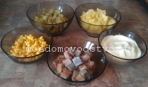 салат с сельдью, овощами и кукурузой